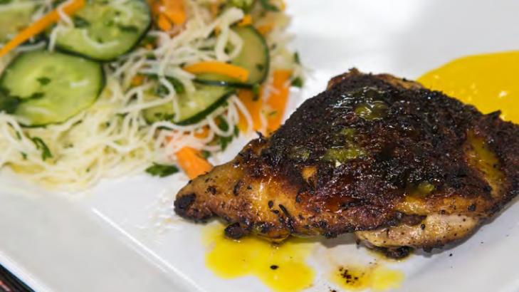 Foto de: Sobrecoxa de Frango ao Molho de Laranja e Salada de Bifum com Legumes e Talos