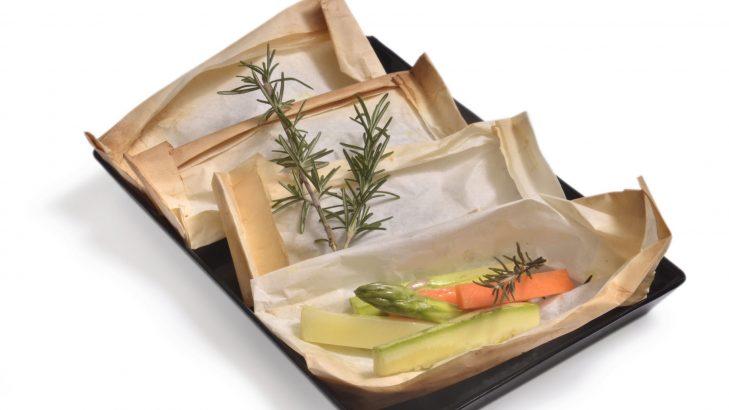 Foto de: Papelote de aspargo com legumes